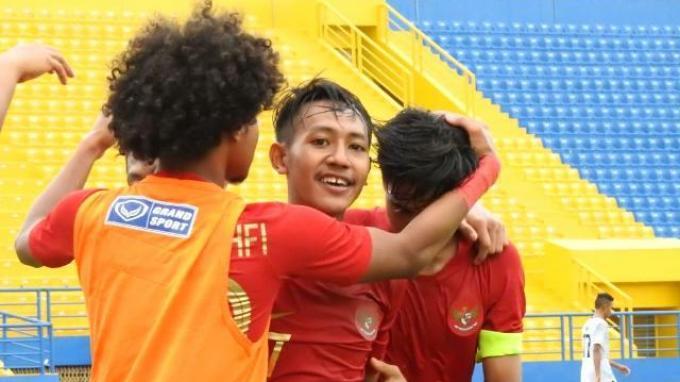 Pemain Timnas Indonesia U-18 saat melakukan seleberasi usai mencetak gol ke gawang Timor Leste.