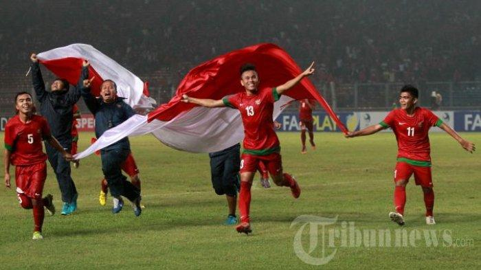 Pemain Timnas Indonesia U-19, Muhammad Fatchu Rochman (5), Muhamad Sahrul Kurniawan (13), dan Hendra Sandi Gunawan (11) berselebrasi setelah menundukkan Korea Selatan pada pertandingan kualifikasi Piala AFC U-19 di Stadion Utama Gelora Bung Karno (SUGBK), Senayan, Jakarta Pusat, Sabtu (12/10/2013). Indonesia lolos ke Piala AFC U-19 Myanmar 2014 setelah menundukkan Korea Selatan dengan skor 3-2. KOMPAS IMAGES/KRISTIANTO PURNOMO