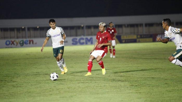 Pemain Timnas Indonesia U-23 Kushedya Heri Yudo (tengah) mengejar bola saat melawan Tira Persikabo dalam laga uji coba di Stadion Madya, Jakarta, Jumat (5/3/2021) malam.