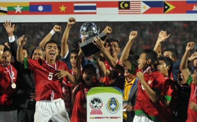 JUARA AFF U-19 2013 - Pemain U-19 Indonesia merayakan kemenangan setelah berhasil menjadi juara piala AFF 2013 mengalahkan Vietnam melalui adul penalti di Stadion Gelora Delta Sidoarjo, Minggu (22/9). Pertandingan berlangsung seru yang berakhir dengan kemenangan Indonesia 7-6. SURYA/ERFAN HAZRANSYAH
