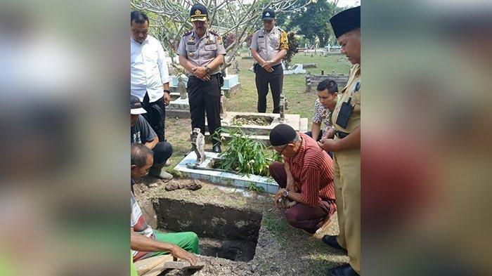Kapolsek Siak Kompol Abdul Rahman dan jajaran, sekretaris Dinas Sosial Siak Syafrizal dan masyarakat Siak dalam prosesi pemakaman bayi perempuan yang ditemukan warga 2 hari lalu di tepi jalan, Senin (24/6/2019) di TPU Suak Santai.