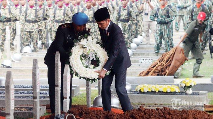 Presiden RI Joko Widodo (Jokowi) saat akan meletakkan karangan bunga di atas makam Presiden ke 3 RI, BJ Habibie di Taman Makam Pahlawan, Kalibata, Jakarta Selatan, Kamis (12/9/2019). Almarhum BJ Habibie dikebumikan tepat disamping pusara sang istri Ainun Habibie. Tribunnews/Jeprima