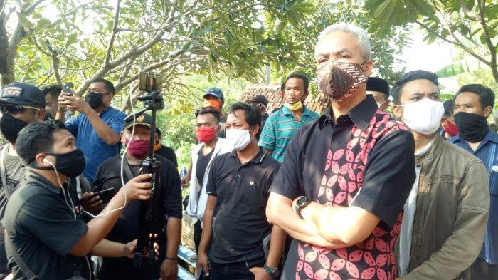 Gubernur Jawa Tengah, Ganjar Pranowo, menghadiri pemakaman Didi Kempot di TPU Dukuh Jatisari, Majasem, Kecamatan Kendal, Ngawi, Jawa Timur, Selasa (5/5/2020).