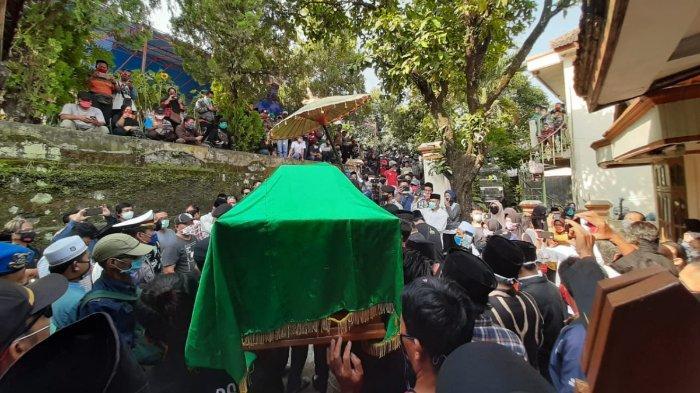 Suasana pemakaman Didi Kempot di TPU Dukuh Jatisari, Majasem, Kecamatan Kendal, Ngawi, Jawa Timur, Selasa (5/5/2020).
