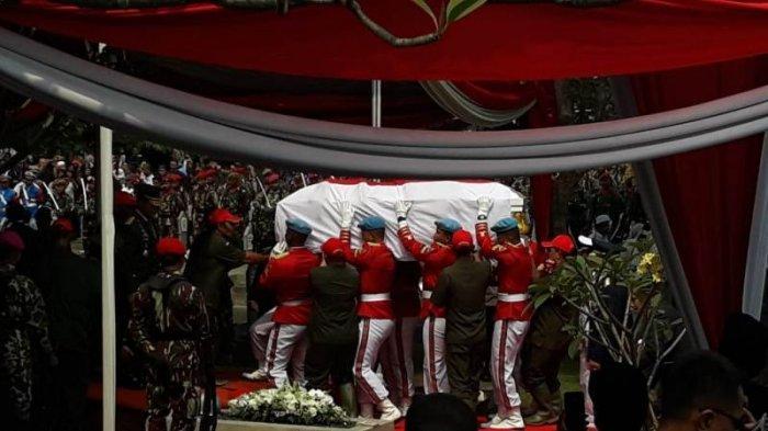 Lantunan salawat nabi terdengar saat jenazah Bacharuddin Jusuf Habibie tiba di Taman Makam Pahlawan (TMP) Kalibata, Jakarta Selatan, Kamis (12/9/2019).