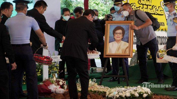 Tangis Keluarga Yasonna Laoly Pecah Saat Pemakaman Ibu Elisye Widya Kateren