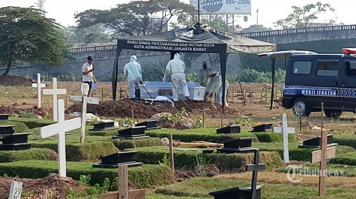 Petugas TPU Tegal Alur, Kalideres, Jakarta Barat, melakukan prosesi pemakaman jenazah dengan protokol Covid-19, Selasa (28/7/2020). Masih banyaknya warga yang mengabaikan aturan protokol kesehatan di era new normal di masa Pembatasan Sosial Berskala Besar (PSBB) transisi, membuat DKI Jakarta kembali masuk dalam zona merah yang ditandai dengan merebaknya Covid-19 di 267 kelurahan di Ibu Kota. Warta Kota/Nur Ichsan