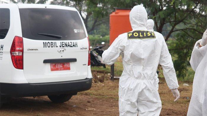 Seorang jenazah pasien terinfeksi coronavirus disease 2019 (Covid-19) akhirnya dimakamkan di Taman Pemakaman Umum (TPU) Tagal Alur, Jakarta Barat, Jumat (10/4/2020).