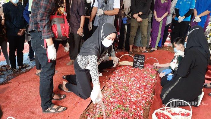 Suasana proses pemakaman salah satu korban jatuhnya pesawat Sriwijaya Air SJ 182 yang merupakan crew Flight Attendant (pramugara) pesawat tersebut, Okky Bisma di Pemakaman Balekambang, Condet, Jakarta Timur, Kamis (14/1/2021). Pesawat Sriwijaya Air SJ 182 rute Jakarta-Pontianak hilang kontak dan ditemukan jatuh di perairan Kepulauan Seribu, Jakarta Utara, pada 9 Januari lalu. Warta Kota/Angga Bhagya Nugraha