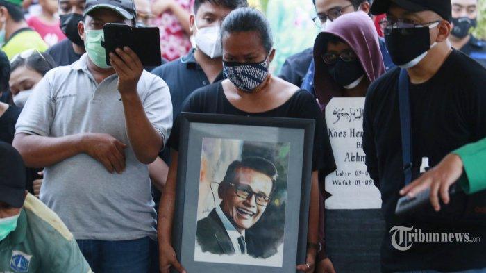 Bonita memegang foto ayahnya saat pemakaman Koes Hendratmo di Taman Pemakaman Umum (TPU) Karet Bivak, Jakarta Pusat, Selasa (7/9/2021). Koes Hendratmo meninggal dunia di usia 79 tahun di kediamannya di kawasan Joglo, Jakarta Barat, akibat penyakit jantung. Sebelum dinyatakan meninggal dunia, almarhum sempat dibawa ke rumah sakit terdekat. Tribunnews/Herudin