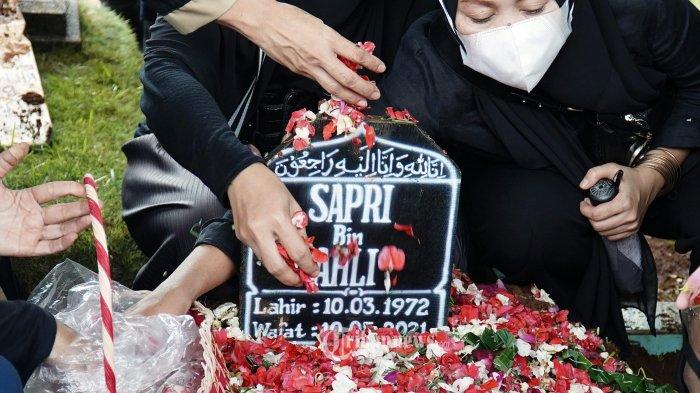 Keluarga berdoa saat pemakaman komedian Sapri Pantun di Tempat Pemakaman Umum (TPU) Ulujami, Jakarta, Selasa (11/5/2021). Sejumlah rekan artis seperti Eko Patrio, Nikita Mirza, Billy Saputra, dan Vicky Prasetyo ikut mengantarkan jenazah. Sapri Pantun meninggal dunia hari ini, Senin (10/5/2021),  selepas azan magrib dalam usia 49 tahun akibat penyakit diabetes. TRIBUNNEWS/HERUDIN