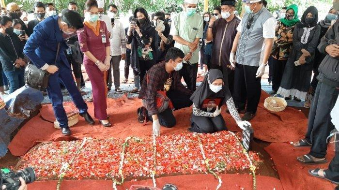 Suasana Duka di Pemakaman Korban Sriwijaya Air SJ 182 Okky Bisma, Tangis Sang Istri Pecah