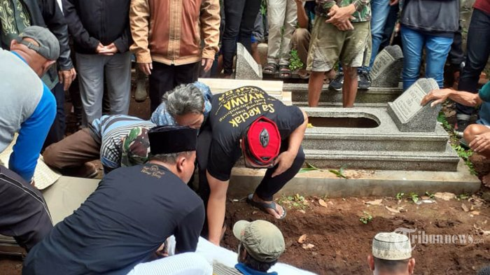 Prosesi pemakaman istri komedian Sule, Lina Zubaedah, di Bandung, Sabtu (4/1/2020). Lina dinyatakan meninggal dunia saat berada di RS Al Islam, Bandung, setelah menderita sakit lambung dan darah tinggi. TRIBUN JABAR/MEGA NUGRAHA