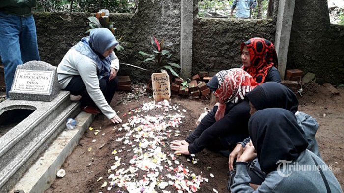 Keluarga menghadiri acara pemakaman mantan istri komedian Sule, Lina Zubaedah, di Bandung, Sabtu (4/1/2020). Lina dinyatakan meninggal dunia saat berada di RS Al Islam, Bandung, setelah menderita sakit lambung dan darah tinggi. TRIBUN JABAR/FASKO DEHOTMAN