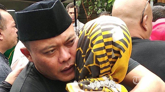 Komedian Sule memeluk keluarganya usai memakamkan mantan istrinya Lina Zubaedah di Bandung, Sabtu (4/1/2020). Lina dinyatakan meninggal dunia saat berada di RS Al Islam, Bandung, setelah menderita sakit lambung dan darah tinggi. TRIBUN JABAR/MEGA NUGRAHA