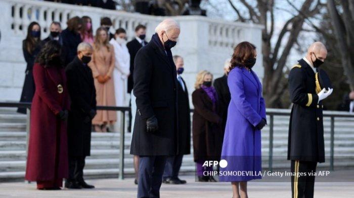 Presiden Joe Biden dan Wakil Presiden Kamala Harris menghadiri upacara peletakan karangan bunga di Makam Prajurit Tak Dikenal di Pemakaman Nasional Arlington setelah upacara Pelantikan Presiden ke-59 di Capitol AS