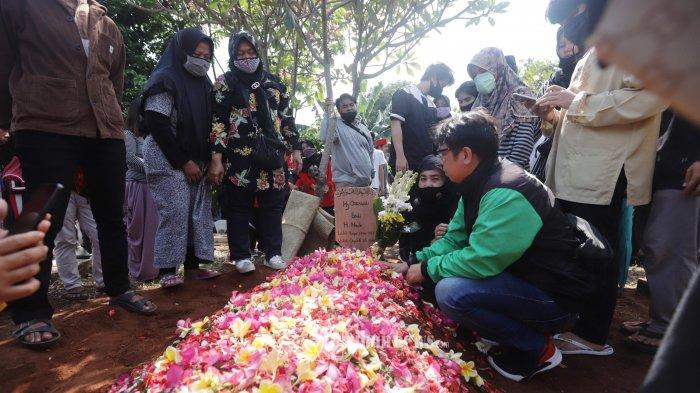 Keluarga dan kerabat membacakan doa saat pemakaman di Cimanggis, Depok, Jawa Barat, Jumat (17/7/2020). Seniman betawi Omaswati atau Omas meninggal dunia pada usia 54 tahun pada Kamis (16/7/2020) sekitar pukul 19.30 WIB karena sakit. TRIBUNNEWS/HERUDIN