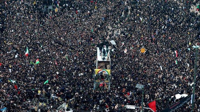Masyarakat Teheran tumpah ke jalan-jalan memberi penghormatan terakhir kepada mendiang Qassem Soleimani.
