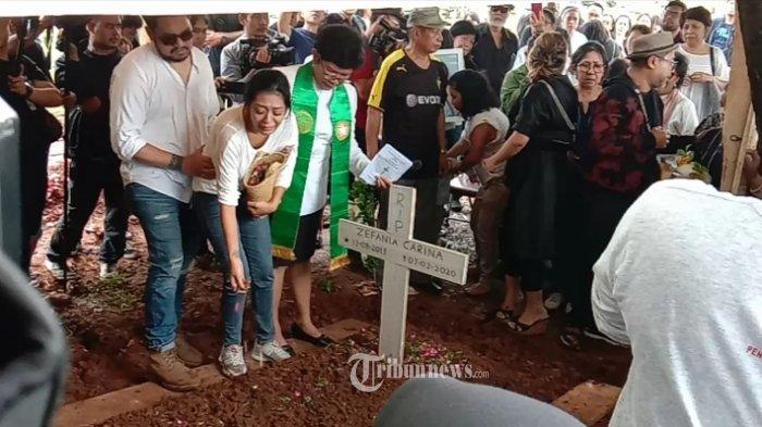 Penyanyi Karen Pooroe atau akrab disapa Karen Idol, tak kuasa menahan tangis atas kepergian putrinya  Zefania Carina yang sudah dimakamkan di TPU Tanah Kusir, Jakarta Selatan, pada Minggu (9/2) kemarin. TRIBUNNEWS.COM/IST