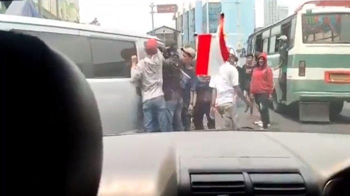 Beredar sebuah video yang memperlihatkan sekumpulan preman sedang memalak para sopir yang selesai melakukan bongkar muat di Pasar Tanah Abang.