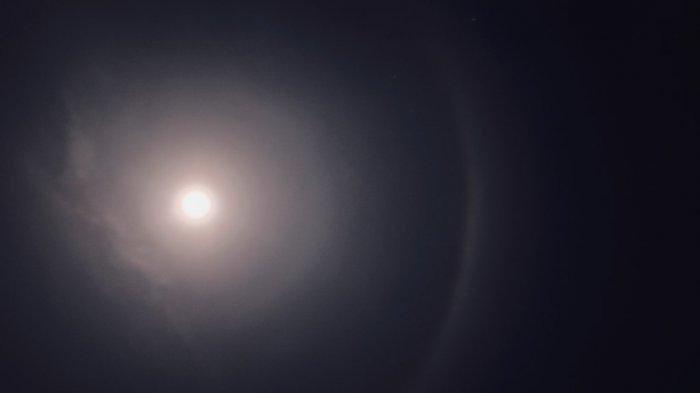 Pemandangan bulan bercincin atau halo yang diambil dengan kamera DSLR dari Kabupaten Magelang, Kamis (4/6) pukul 12.01 WIB