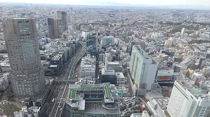 Pemandangan daerah Shinjuku Tokyo dengan bangunan tinggi di berbagai tempat.