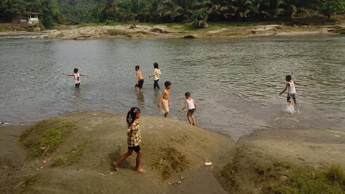 Pemandian Batu Nongol Alias Btn Di Tebing Tinggi Airnya