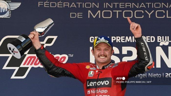 Pembalap Australia Tim Ducati Lenovo, Jack Miller, merayakan di podium setelah memenangkan balapan MotoGP pada Grand Prix Spanyol di Sirkuit Jerez di Jerez de la Frontera pada 2 Mei 2021. PIERRE-PHILIPPE MARCOU / AFP