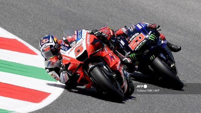 Pembalap Prancis Ducati-Pramac, Johann Zarco, mengungguli pembalap Yamaha Prancis Fabio Quartararo selama kejuaraan dunia moto balapan MotoGP Grand Prix Italia di arena pacuan kuda Mugello pada 30 Mei 2021. Tiziana FABI / AFP