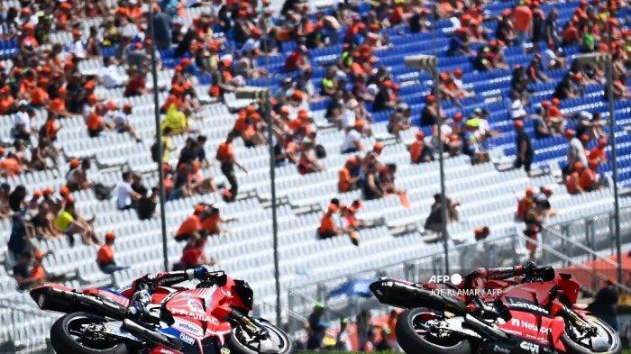 Pembalap Ducati-Pramac Spanyol Jorge Martin (kiri) dan pebalap Italia Ducati Francesco Bagnaia mengemudikan sepeda motor mereka selama sesi kualifikasi jelang Grand Prix Sepeda Motor Austria di trek balap Red Bull Ring di Spielberg, Austria pada 14 Agustus 2021.