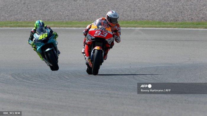 Pembalap Honda Spanyol Marc Marquez (kanan) mengarahkan sepeda motornya di depan pembalap Italia Yamaha-SRT Valentino Rossi (kiri) selama sesi latihan bebas ketiga menjelang Grand Prix sepeda motor Jerman di sirkuit balap Sachsenring di Hohenstein-Ernstthal dekat Chemnitz, timur Jerman, pada 19 Juni 2021.