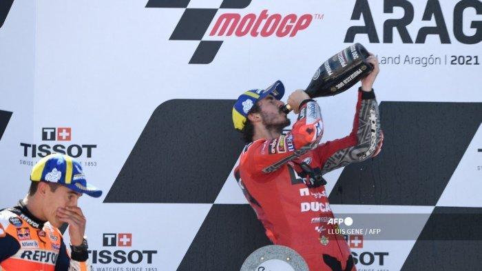 Pembalap Honda Spanyol Marc Marquez (kiri) dan pembalap Italia Ducati Francesco Bagnaia merayakan di podium Moto Grand Prix Aragon di sirkuit Motorland di Alcaniz pada 12 September 2021.