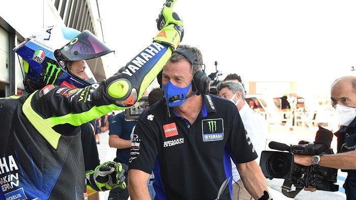 Pembalap Italia Monster Energy, Valentino Rossi, memberi isyarat setelah sesi latihan bebas ketiga jelang Grand Prix MotoGP San Marino di Sirkuit Dunia Misano Marco Simoncelli pada 12 September 2020. Andreas SOLARO / AFP
