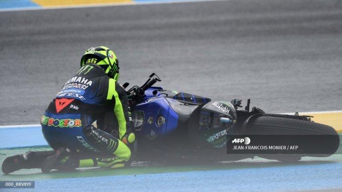 Pembalap Italia Monster Energy, Valentino Rossi, mengalami kecelakaan di tikungan pertama saat balapan MotoGP Prancis di Le Mans barat laut Prancis, pada 11 Oktober 2020. JEAN-FRANCOIS MONIER / AFP