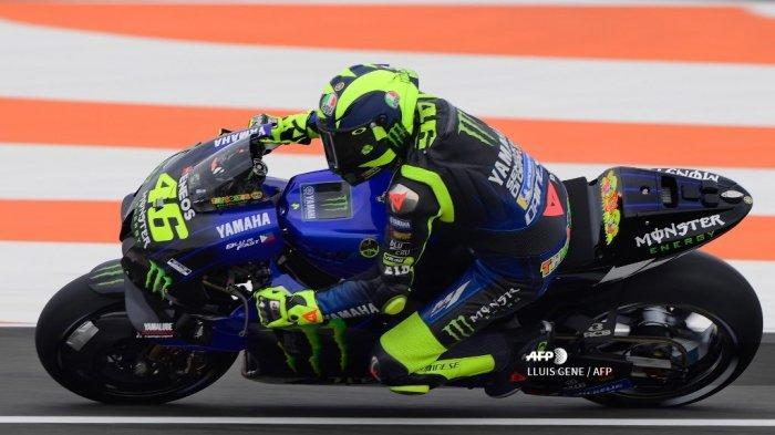 Pembalap Italia Monster Energy, Valentino Rossi, mengikuti sesi kualifikasi Grand Prix MotoGP Valencia di sirkuit Ricardo Tormo di Valencia pada 14 November 2020. LLUIS GENE / AFP