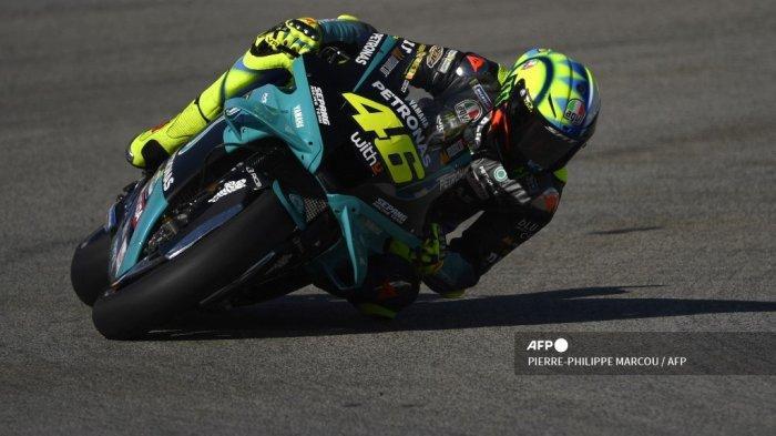 Pembalap Italia Petronas Yamaha SRT, Valentino Rossi, melakukan tikungan selama sesi latihan ketiga MotoGP dari Grand Prix Spanyol di Sirkuit Jerez di Jerez de la Frontera pada 1 Mei 2021. PIERRE-PHILIPPE MARCOU / AFP