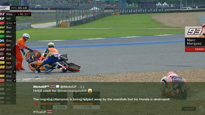 Pembalap Repsol Honda, Marc Marquez (kanan bawah) terlihat kesakitan seusai mengalami crash pada sesi latihan (FP1) MotoGP Thailand 2019 Jumat (4/10/2019)