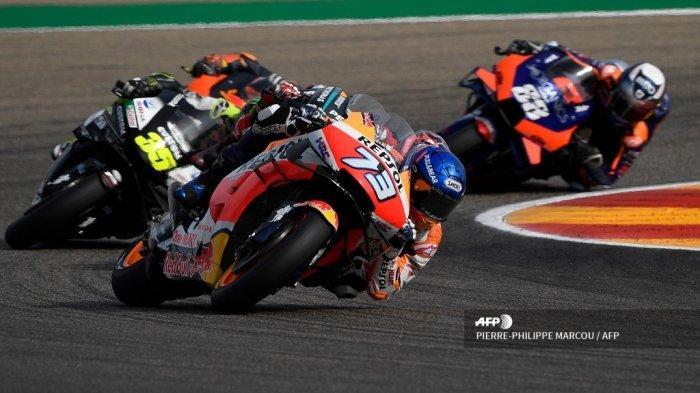 Pembalap Spanyol Tim Repsol Honda Alex Marquez (tengah) berkompetisi di Grand Prix MotoGP Teruel di sirkuit Motorland di Alcaniz pada 25 Oktober 2020.