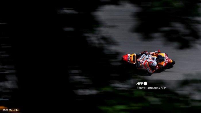 Pembalap Honda Spanyol Marc Marquez mengendarai sepeda motornya selama sesi kualifikasi menjelang Grand Prix sepeda motor Jerman di sirkuit balap Sachsenring di Hohenstein-Ernstthal dekat Chemnitz, Jerman timur, pada 19 Juni 2021. Ronny Hartmann / AFP
