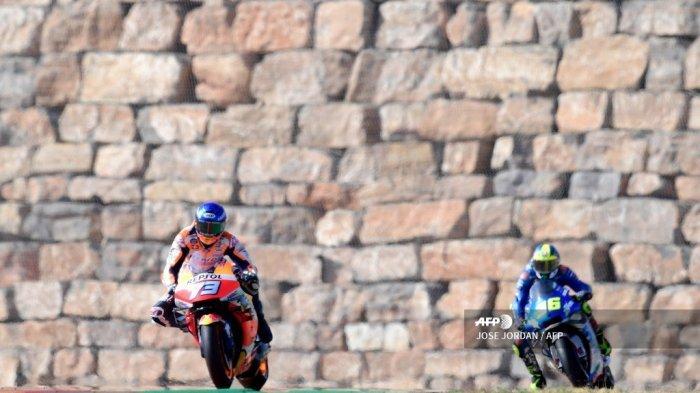 Pembalap Spanyol dari Tim Repsol Honda Alex Marquez mengungguli pembalap Spanyol Suzuki Ecstar Joan Mir selama balapan MotoGP dari Moto Grand Prix of Aragon di sirkuit Motorland di Alcaniz pada 18 Oktober 2020. JOSE JORDAN / AFP