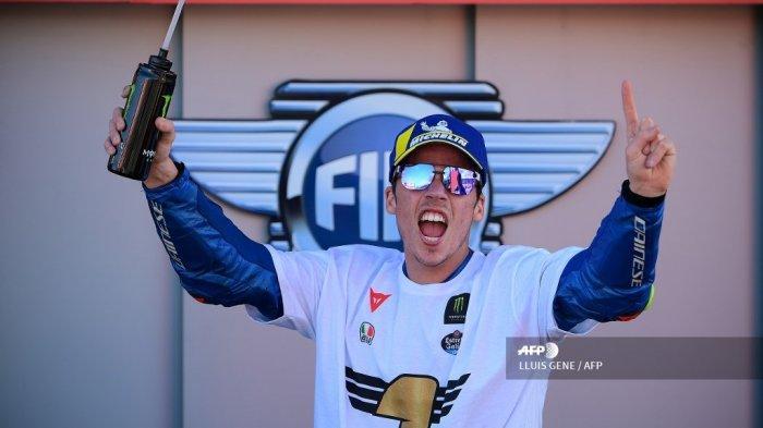 Pembalap Spanyol Suzuki Ecstar Joan Mir merayakan kemenangan setelah memenangkan kejuaraan dunia MotoGP setelah Grand Prix Valencia di sirkuit Ricardo Tormo di Valencia pada 15 November 2020. LLUIS GENE / AFP