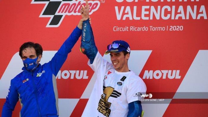 Pembalap Spanyol Suzuki Ecstar Joan Mir merayakannya dengan Manajer Tim Davide Brivio (kiri) setelah memenangkan kejuaraan dunia MotoGP pada akhir Grand Prix Valencia di sirkuit Ricardo Tormo di Valencia pada 15 November 2020. LLUIS GENE / AFP