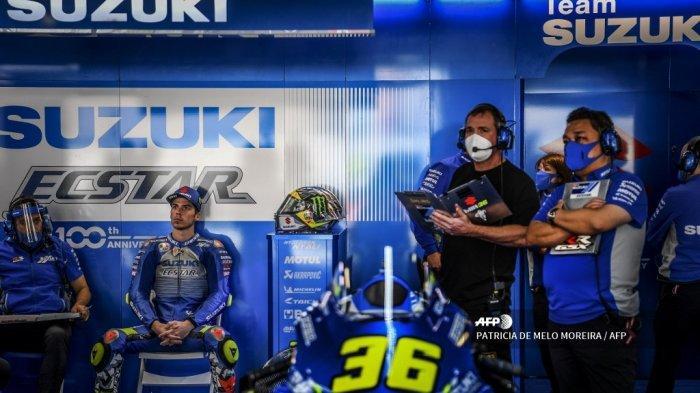 Pembalap Spanyol Suzuki Ecstar Joan Mir (2L) duduk di dalam kotak selama sesi latihan pertama MotoGP Portugal Grand Prix di Sirkuit Internasional Algarve di Portimao pada 20 November 2020. PATRICIA DE MELO MOREIRA / AFP