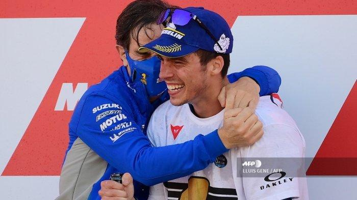 Pembalap Spanyol Suzuki Ecstar Joan Mir merayakannya dengan Manajer Tim Davide Brivio (kiri) setelah memenangkan kejuaraan dunia MotoGP pada akhir Grand Prix Valencia di sirkuit Ricardo Tormo di Valencia pada 15 November 2020.LLUIS GENE / AFP