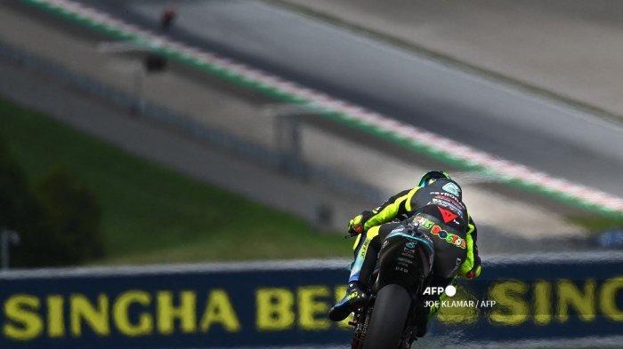 Pembalap Yamaha-SRT Italia Valentino Rossi mengemudikan motornya saat sesi kualifikasi jelang Styrian Motorcycle Grand Prix di trek balap Red Bull Ring di Spielberg, Austria pada 7 Agustus 2021.