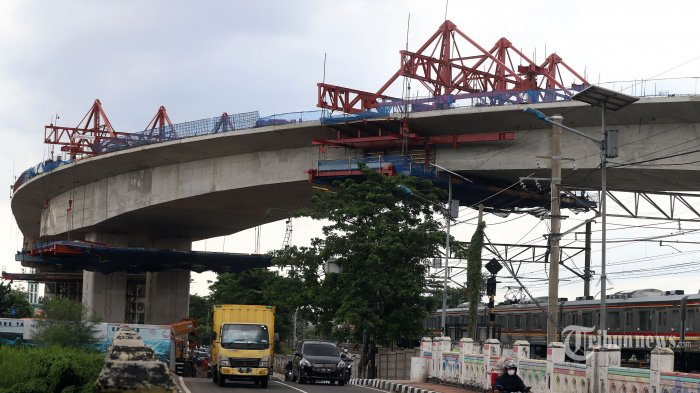 Sejumlah kendaraan melintas di bawah proyek pembangunan flyover (jalur lintas atas) Cakung, Jakarta Timur, Jumat (18/12/2020). Proyek Flyover Cakung dengan biaya pembangunan mencapai Rp 261 miliar kini telah mencapai 94 persen yang ditargetkan akhir tahun 2020 ini selesai pembangunannya dan bisa digunakan oleh masyarakat pada bulan Januari 2021. Tribunnews/Jeprima