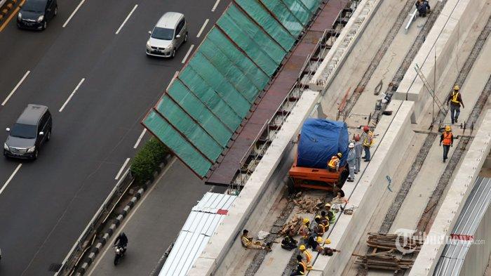 Suasana pembanguan Proyek Lintas Raya Terpadu (LRT) diantara kemacetan di kawasan MT Haryono, Jakarta Selatan, Jumat (7/2/2020). Proyek kereta ringan ini diharapkan dapat menjadikan kota Jakarta bebas dari macet dan menjadi solusi mobilitas publik yang nyaman dan terintegrasi, proyek ini ditargetkan rampung pada pertengahan tahun 2021. Tribunnews/Jeprima