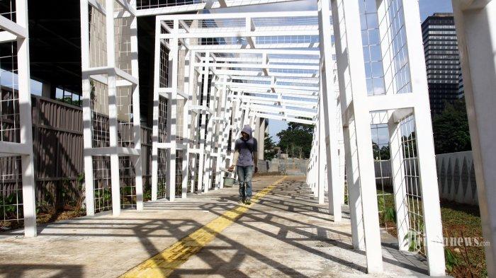 Pekerja menyelesaikan pembangunan trotoar instagramable yang berada di kawasan Stasiun Sudirman Baru, Jakarta Pusat, Jumat (21/2/2020). Pembangunan trotoar berkonsep moderen itu bertujuan untuk memberikan kenyamanan kepada warga Jakarta. Warta Kota/Angga Bhagya Nugraha