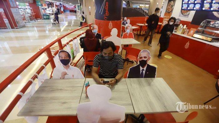 Banner bergambar karakter kepala negara terlihat di Restoran Hulu Noodles, Mal Kuningan City, Jakarta Selatan, Senin (1/3/2021). Banner bergambar pemimpin negara itu dipasang sebagai pembatas bagi pengunjung yang makan di tempat untuk menerapkan protokol kesehatan di kala pandemi. Tribunnews/Herudin