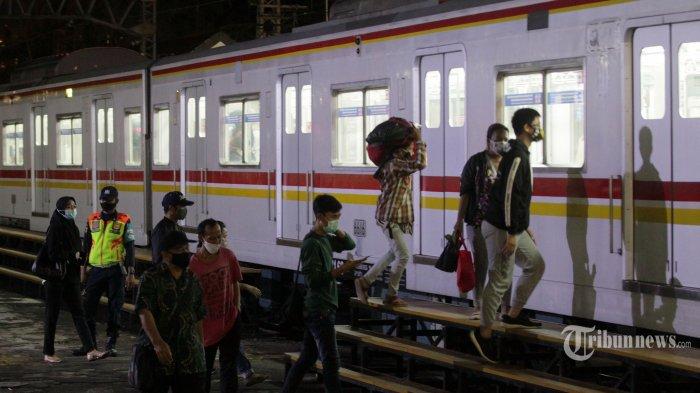 Calon penumpang menunggu kedatangan kereta Commuter Line (KRL) di Stasiun Manggarai, Jakarta Selatan, Selasa (12/1/2021). Operator melakukan pembatasan jam operasional KRL mulai pukul 04.00 WIB hingga 22.00 WIB seiring dengan diberlakukannya masa pemberlakuan pembatasan kegiatan masyarakat (PPKM) di Pulau Jawa dan Bali pada 11-25 Januari 2020 guna menekan penyebaran Covid-19. Tribunnews/Jeprima